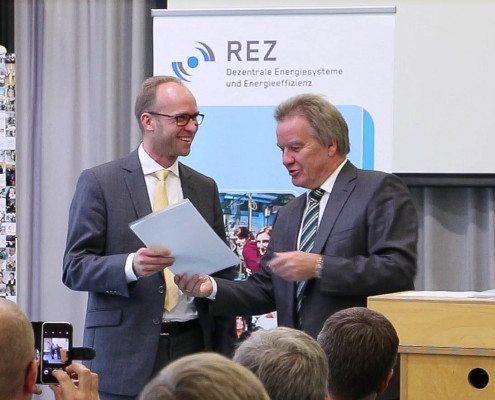 Minister Untesteller überreicht Förderbescheid an Dr. Frey